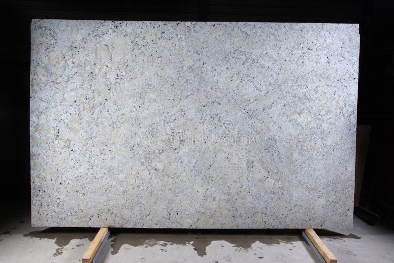 白色自然石头与黑暗的斑点的,称花岗岩意想不到的白色 库存图片