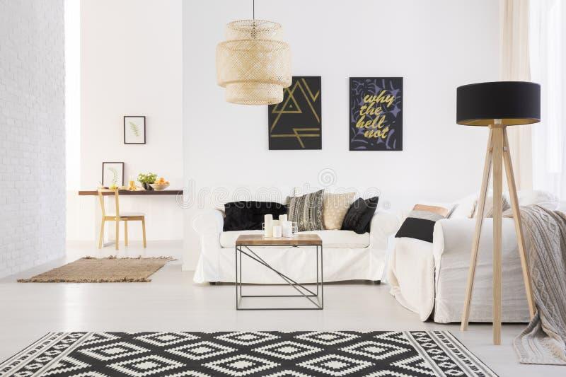 白色舒适休息室 免版税库存照片