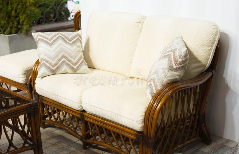 白色舒适的沙发 免版税图库摄影