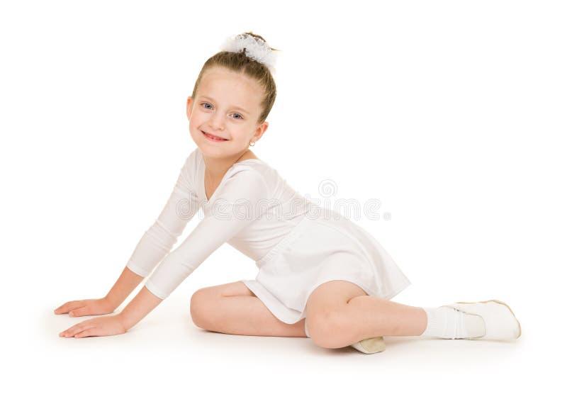 白色舞会礼服的小女孩 免版税库存照片