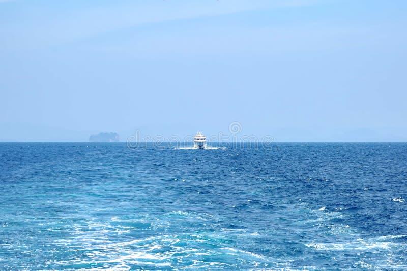 白色船海上追求另一艘船 清楚的好日子,天空蔚蓝 免版税库存图片