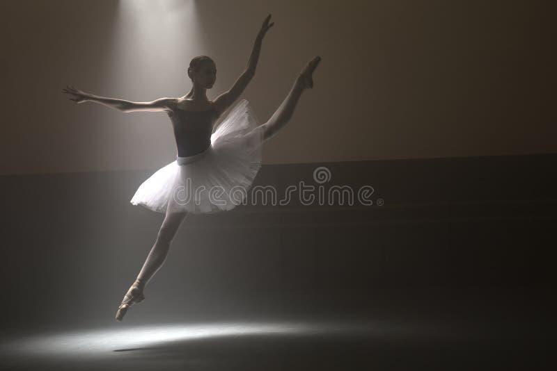 白色芭蕾舞短裙的芭蕾舞女演员 库存照片