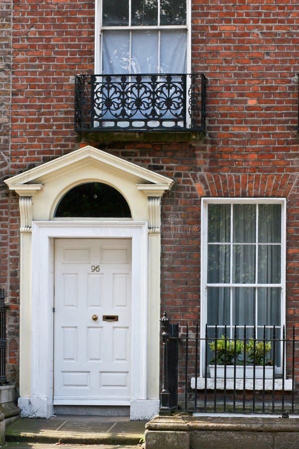 白色英王乔治一世至三世时期门,都伯林,爱尔兰 免版税图库摄影