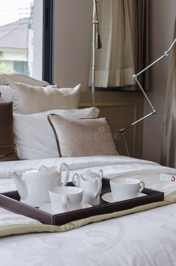 白色茶具盘子在卧室 免版税图库摄影