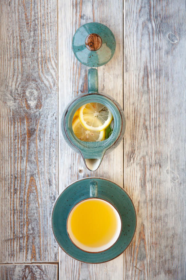 白色茶用柠檬和薄菏在木表背景 顶视图 免版税图库摄影