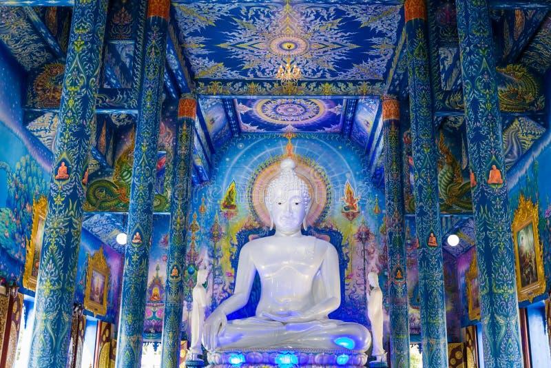 白色菩萨雕象在Wat荣Sua十寺庙有天空蔚蓝背景,清莱府,泰国 库存图片