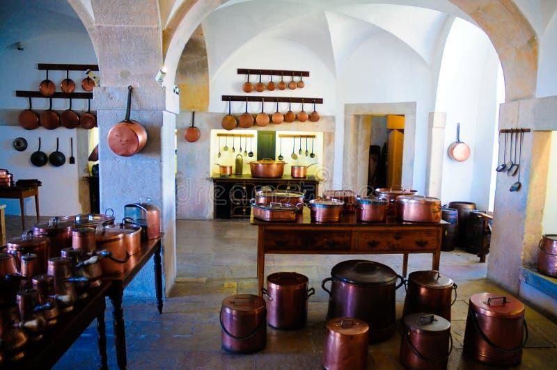 白色葡萄酒厨房、铜罐和平底锅,与烤箱的减速火箭的铁火炉 图库摄影
