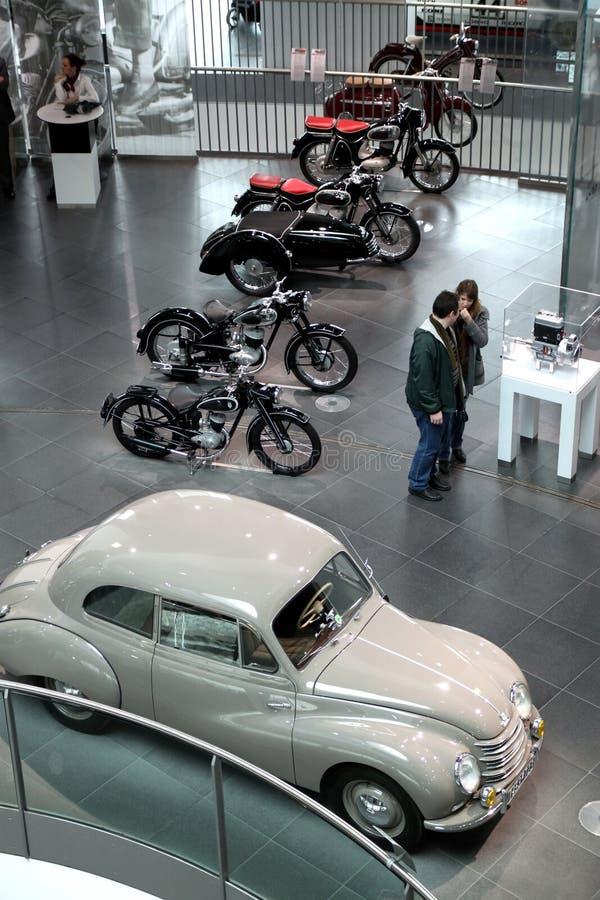 白色葡萄酒奥迪汽车和motocycles 库存照片