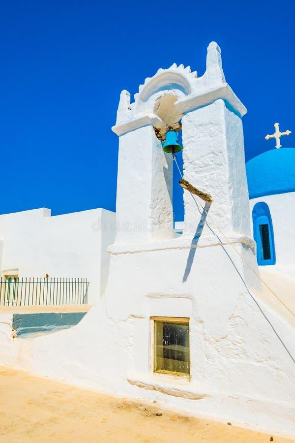 白色蓝色教会阳光视图在街道上的 图库摄影
