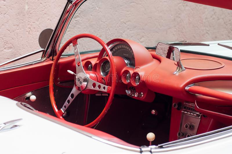 白色薛佛列轻武装快舰敞篷车红色仪表板零售从60在街道停放了 免版税图库摄影
