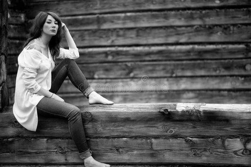 白色衬衣和牛仔裤的女孩 北京,中国黑白照片 库存照片