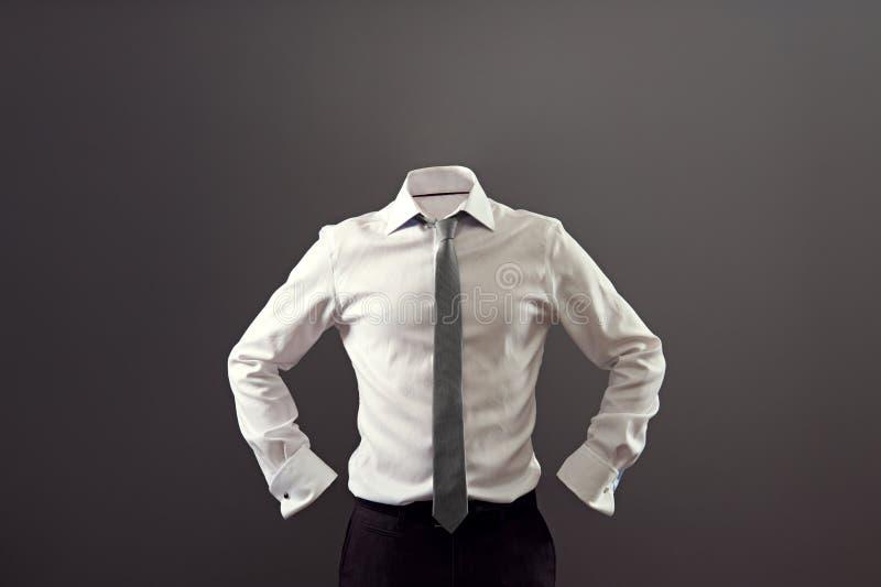 白色衬衣和黑长裤的匿名人 免版税库存照片