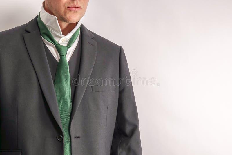 白色衬衣的人和黑衣服换衣服/脱下了衣服 图库摄影