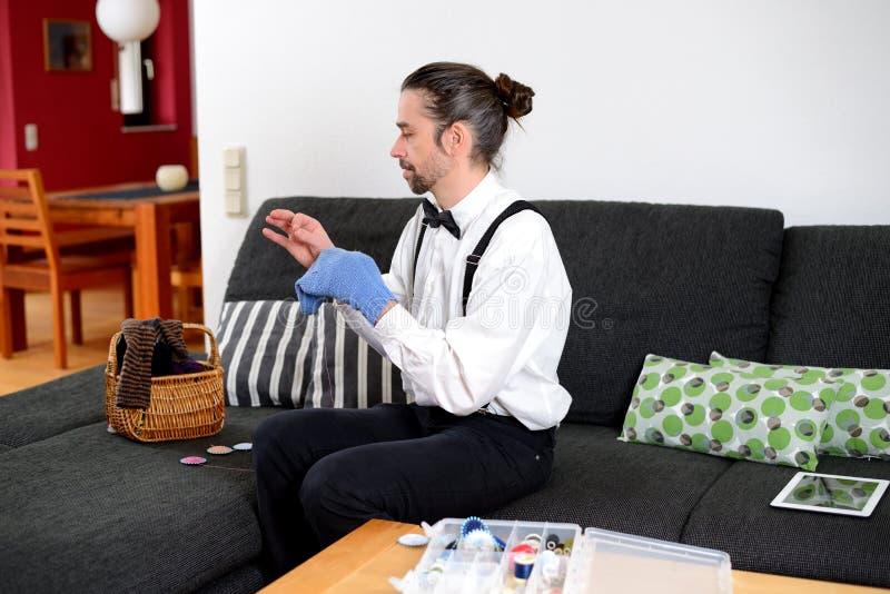 白色衬衣的人有弓领带修补工作袜子的 库存照片