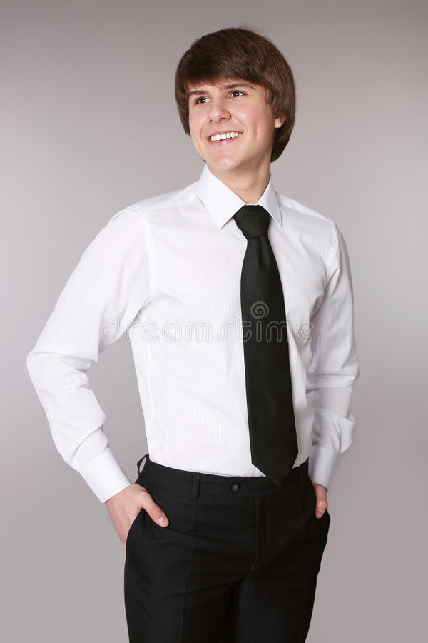 白色衬衣的学生人用在pocke的半正式礼服的保持的手 库存照片