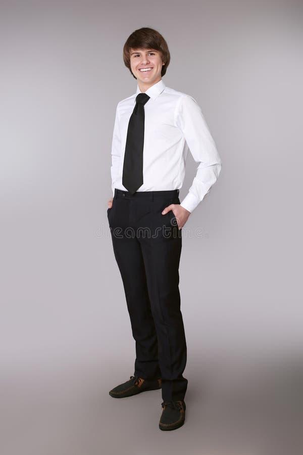 白色衬衣的快乐的雇员人用半正式礼服的保持的手 免版税库存照片