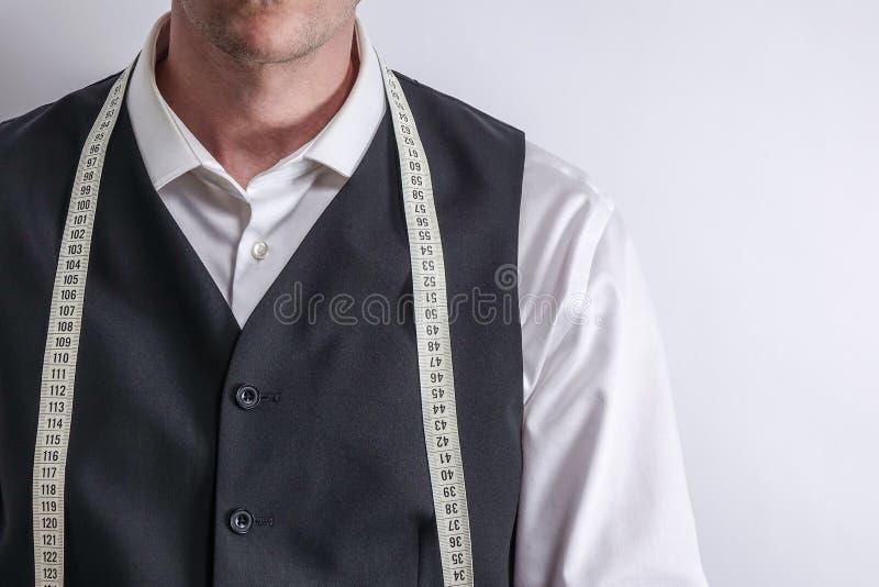 白色衬衣的穿着体面的裁缝和黑衣服授予 免版税库存照片