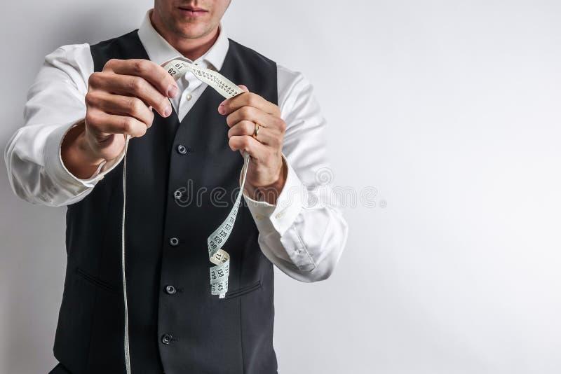 白色衬衣的穿着体面的裁缝和黑衣服授予 图库摄影