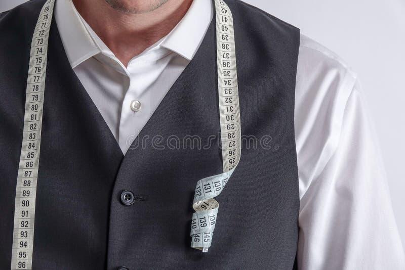 白色衬衣的穿着体面的裁缝和黑衣服授予 库存照片