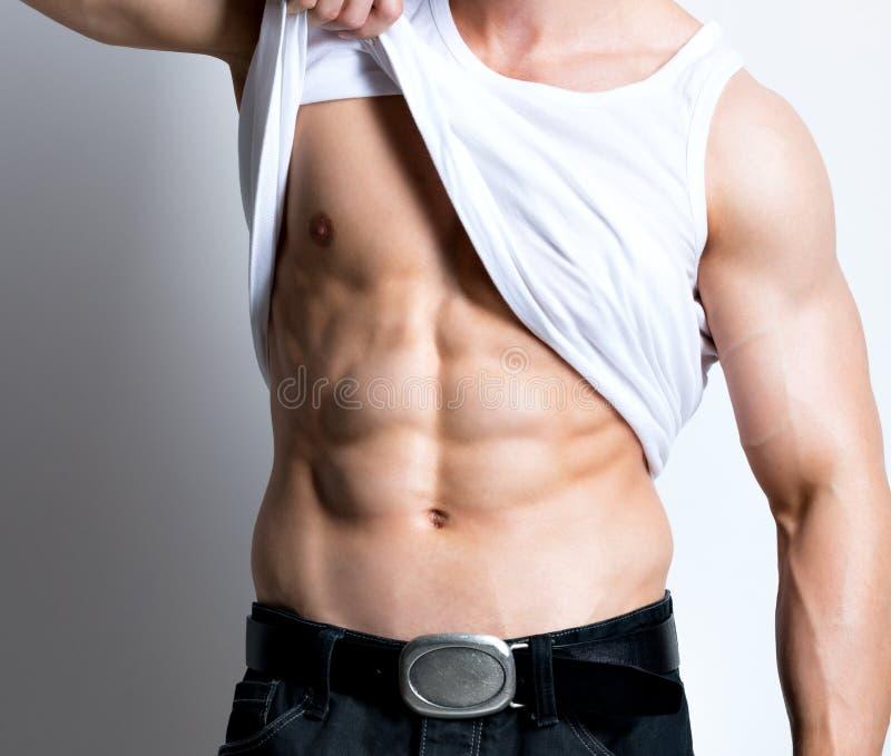白色衬衣被展示的躯干的性感的人 免版税库存图片