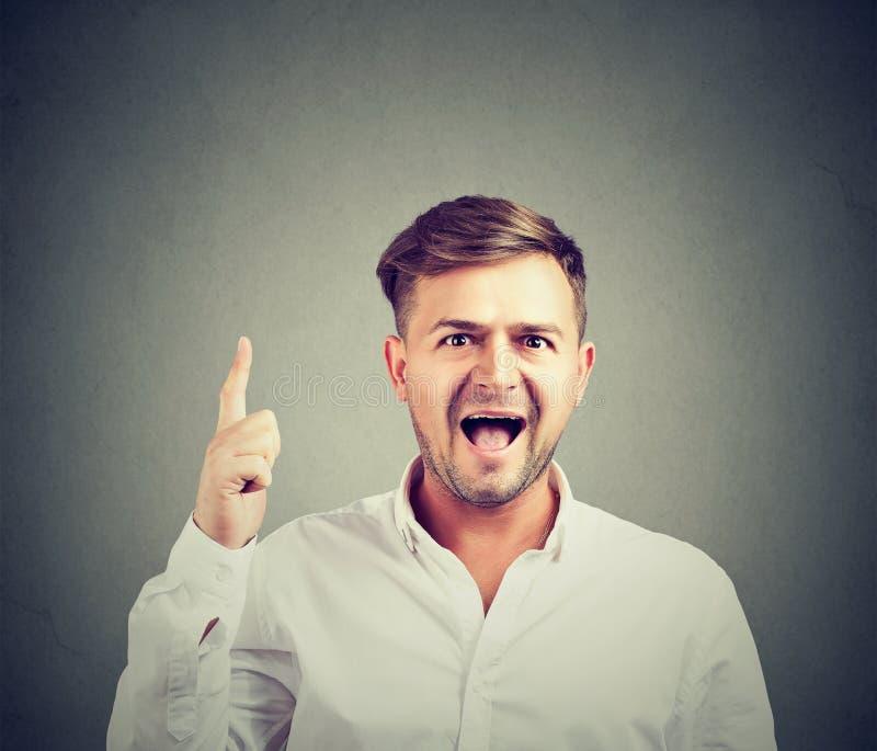白色衬衫的指向激动的愉快的人有明亮的想法  免版税库存图片