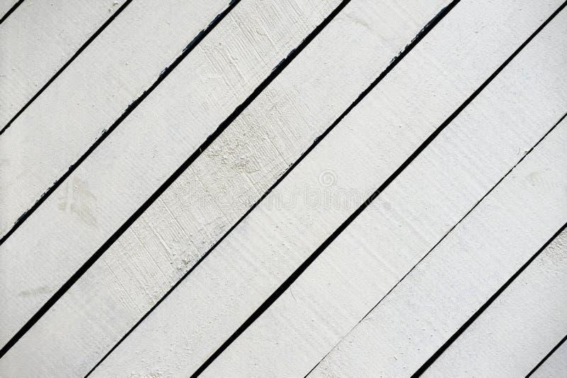 白色被绘的木表面特写镜头 与镇压,现代设计的抓痕的土气自然木对角板条 库存图片