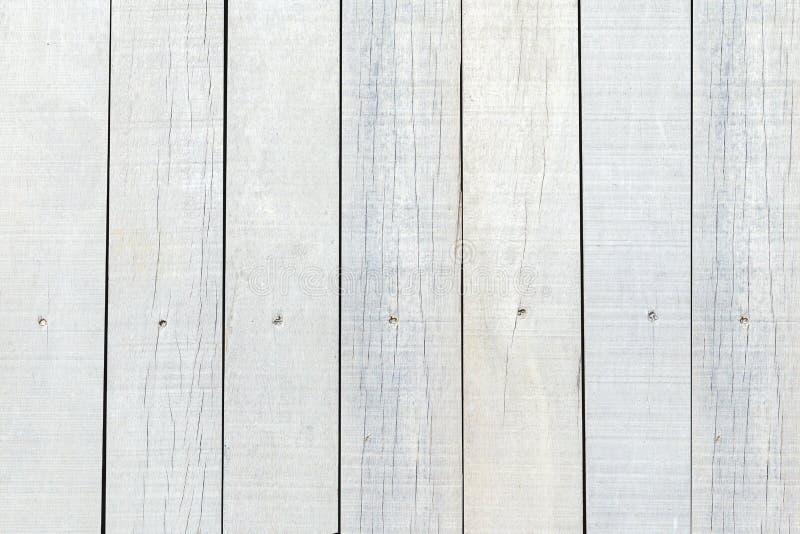 白色被绘的葡萄酒和老被风化的木墙壁背景 美好的木板条纹理的关闭在轻的自然本底中 免版税库存图片