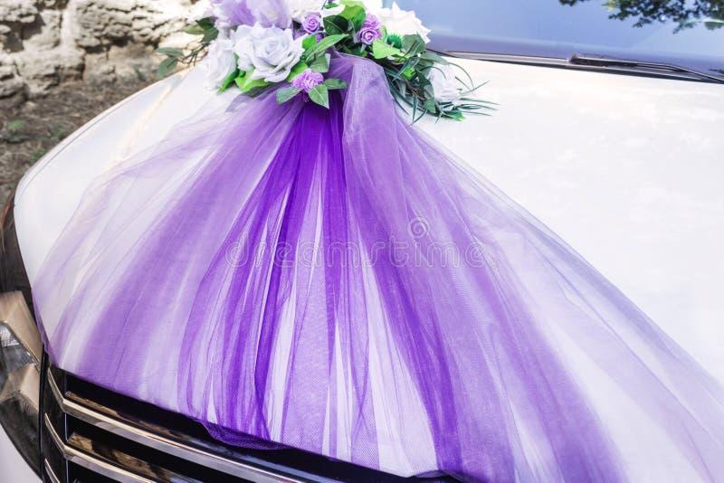 白色装饰的婚姻的汽车 库存图片