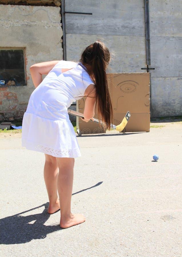 白色训练曲棍球的女孩 免版税库存图片
