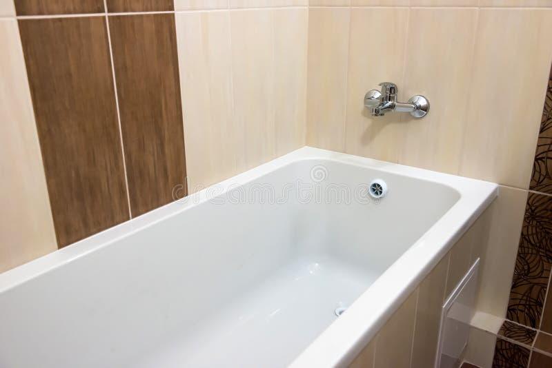 白色豪华浴缸在卫生间里 库存图片