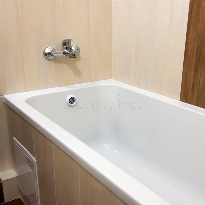 白色豪华浴缸在卫生间里 库存照片