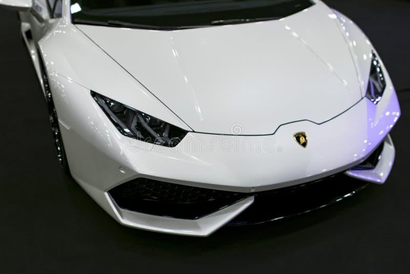 白色豪华sportcar Lamborghini Huracan LP 610-4的正面图 汽车外部细节 库存照片