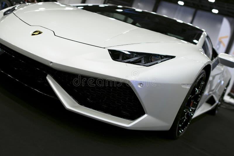 白色豪华sportcar Lamborghini Huracan LP 610-4的正面图 汽车外部细节 免版税库存照片