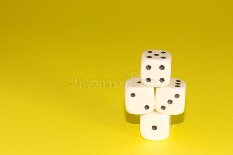 白色赌博在桃红色背景切成小方块 胜利机会,幸运 平的位置,文本的地方 顶视图 特写镜头 概念赌博 免版税库存照片