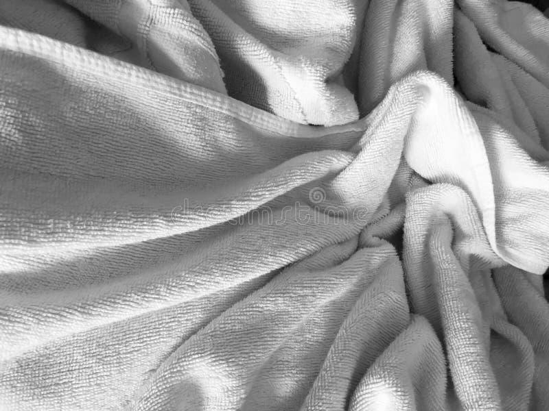 白色起了皱纹fabic纹理,没有整理好的床单的关闭 免版税库存图片