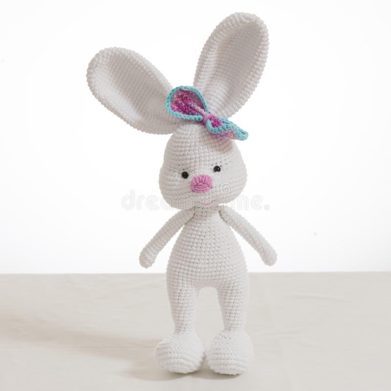 白色身分钩针编织复活节兔子 免版税库存图片