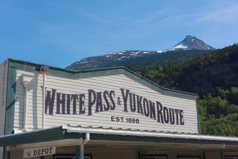白色通行证育空路线列车车库阿拉斯加 免版税库存图片