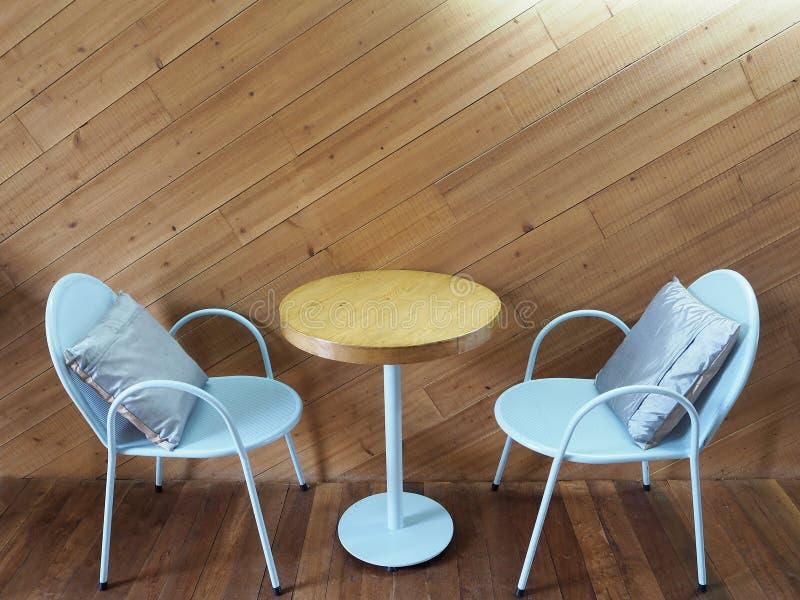 白色钢椅子和木桌在餐馆 免版税库存图片