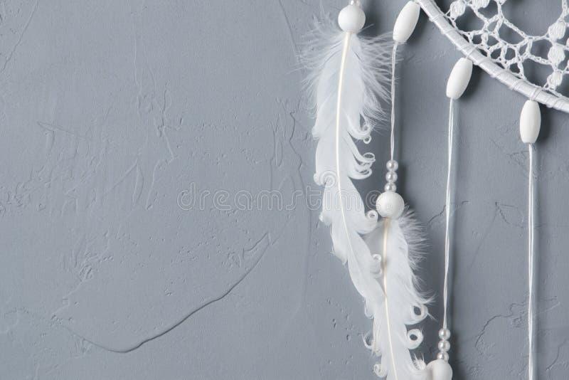 白色钩针编织小垫布梦想俘获器 免版税库存照片