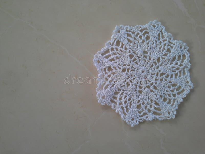 白色钩针编织小垫布 免版税库存图片