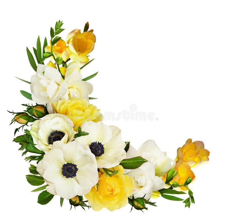 白色银莲花属、黄色玫瑰、玉树叶子和小苍兰花在壁角安排 库存照片