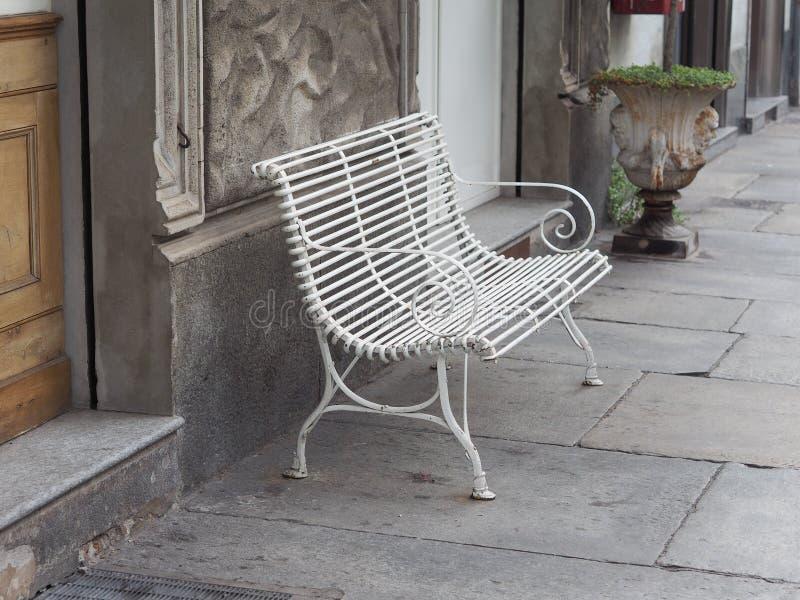 白色长凳椅子 免版税库存图片