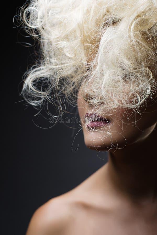 白色长的卷曲狂放的头发 方式纵向妇女 库存图片