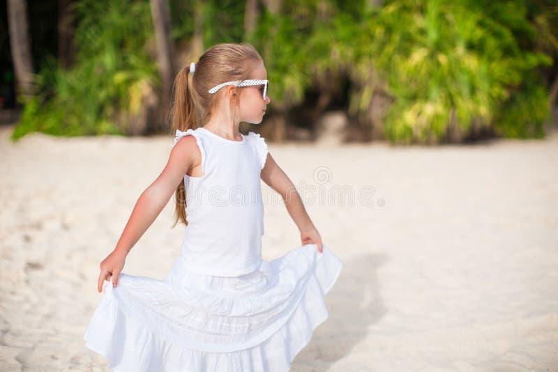 白色长的礼服的画象小可爱的女孩 免版税库存图片