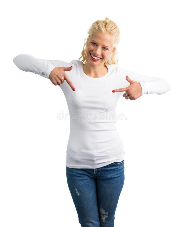 白色长的袖子衬衣的妇女指向它的用两只手 免版税图库摄影