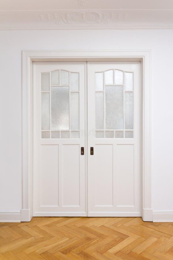 白色门双重滑的木条地板 免版税图库摄影