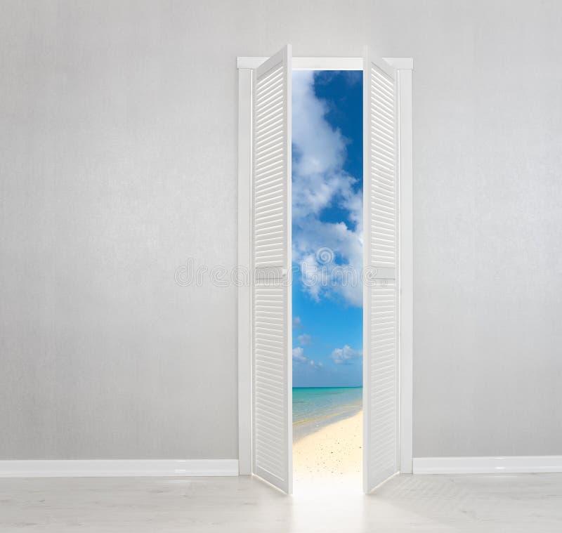 白色门开放对完善的海滩 向量例证