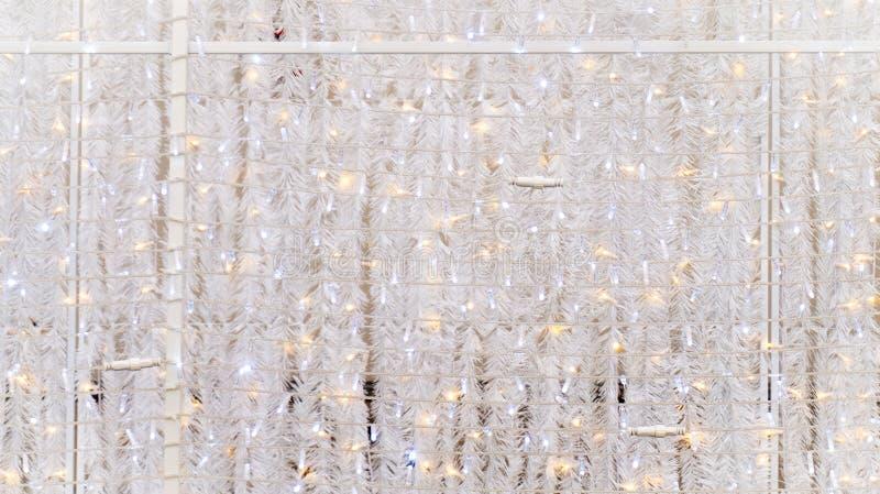 白色闪烁圣诞节诗歌选和串光作为墙壁覆盖,使用当事件装饰 能用为背景 免版税图库摄影