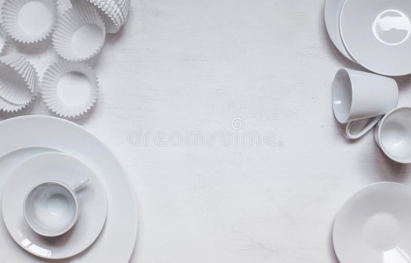 白色陶瓷杯子和板材用杯形蛋糕形成 免版税库存图片