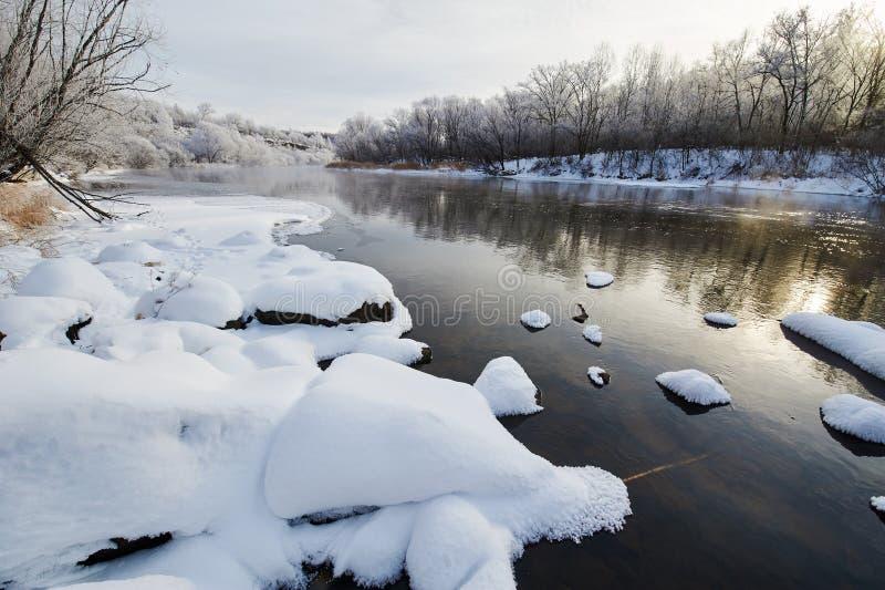 白色雪和河 库存照片